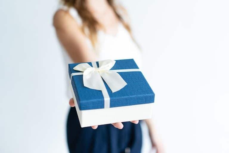 אישה מביאה מתנה
