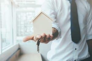 בחור מגיש מפתחות לבית